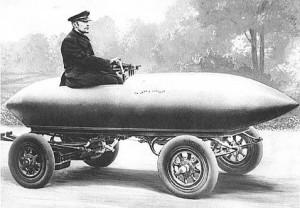 Camille Jenatzy in seinem Elektroauto La Jamais Contente, 1899 (Quelle: Wikipedia