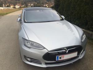 Ein grauer Tesla Model S